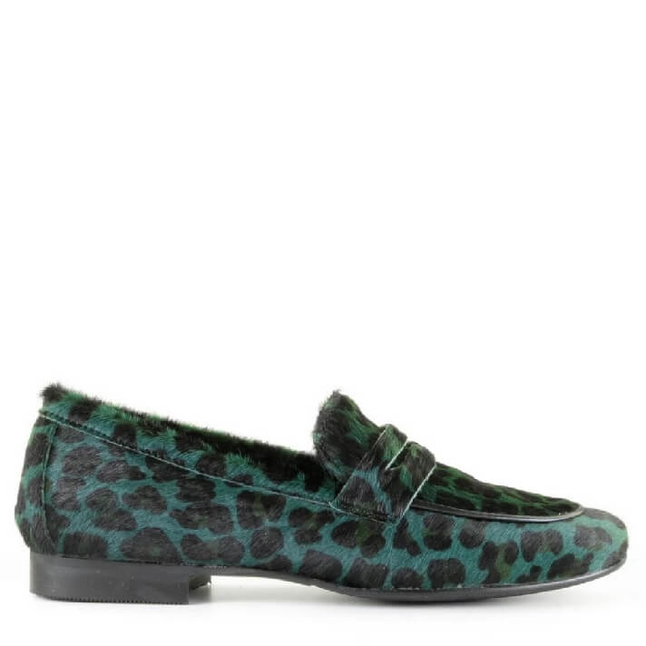 Miss Behave donkergroene leopard dames loafer met ponyhair